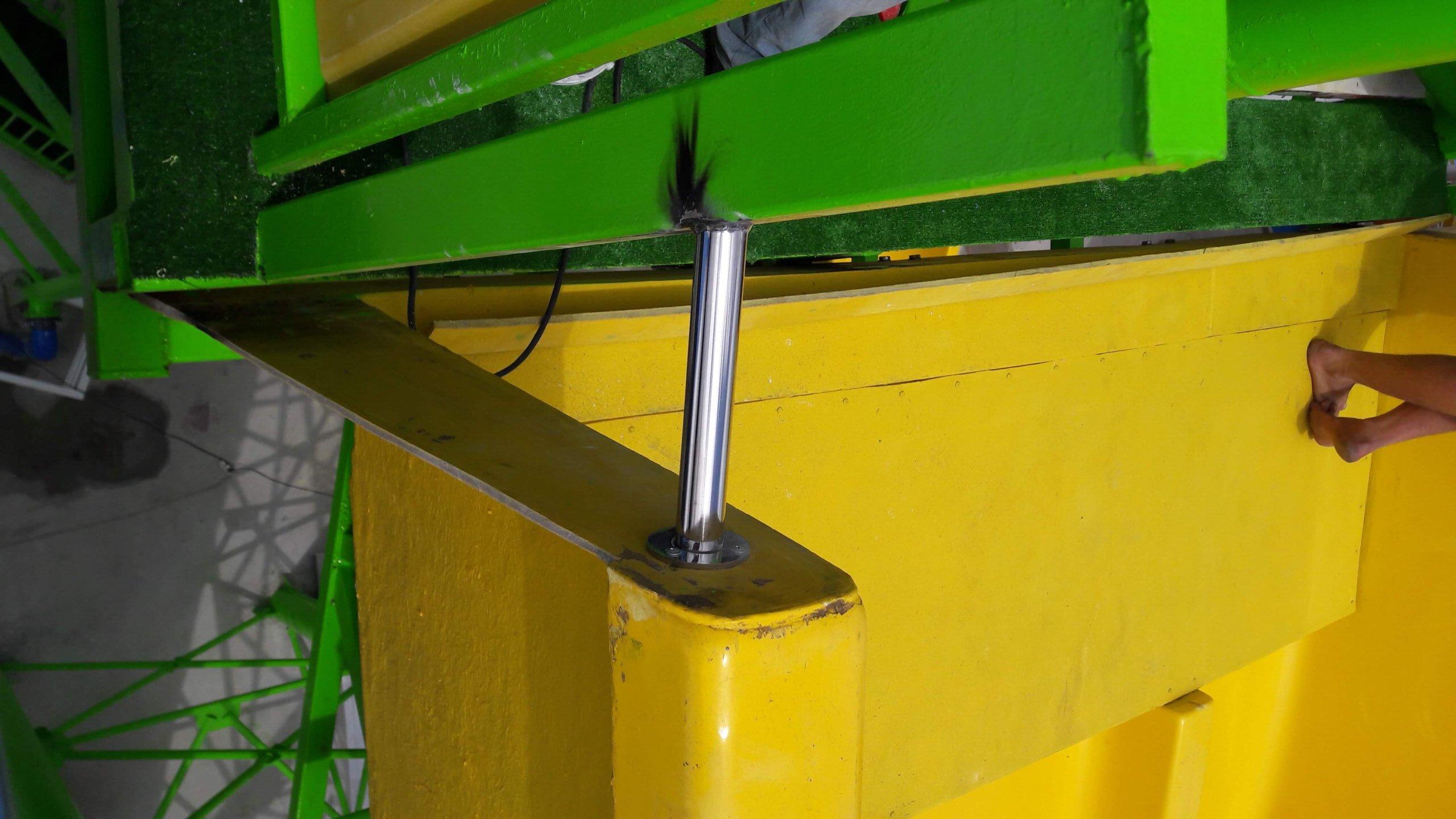 Связка двух металлоконструкций при помощи нержавеющей трубы