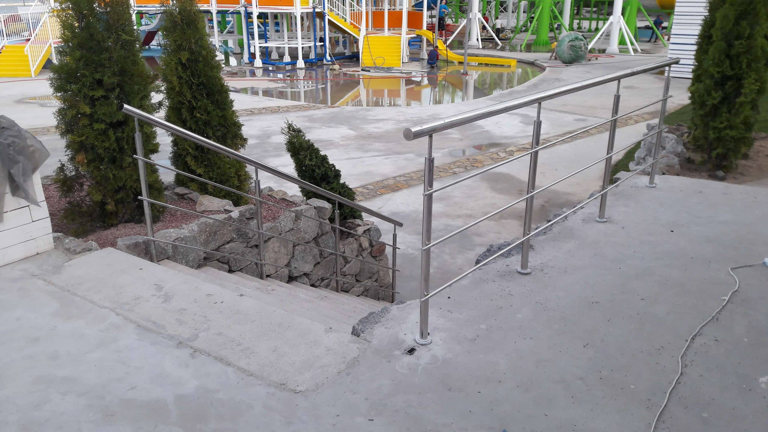 Монтаж ограждения из нержавейки на площадке Аквапарка в Днепре