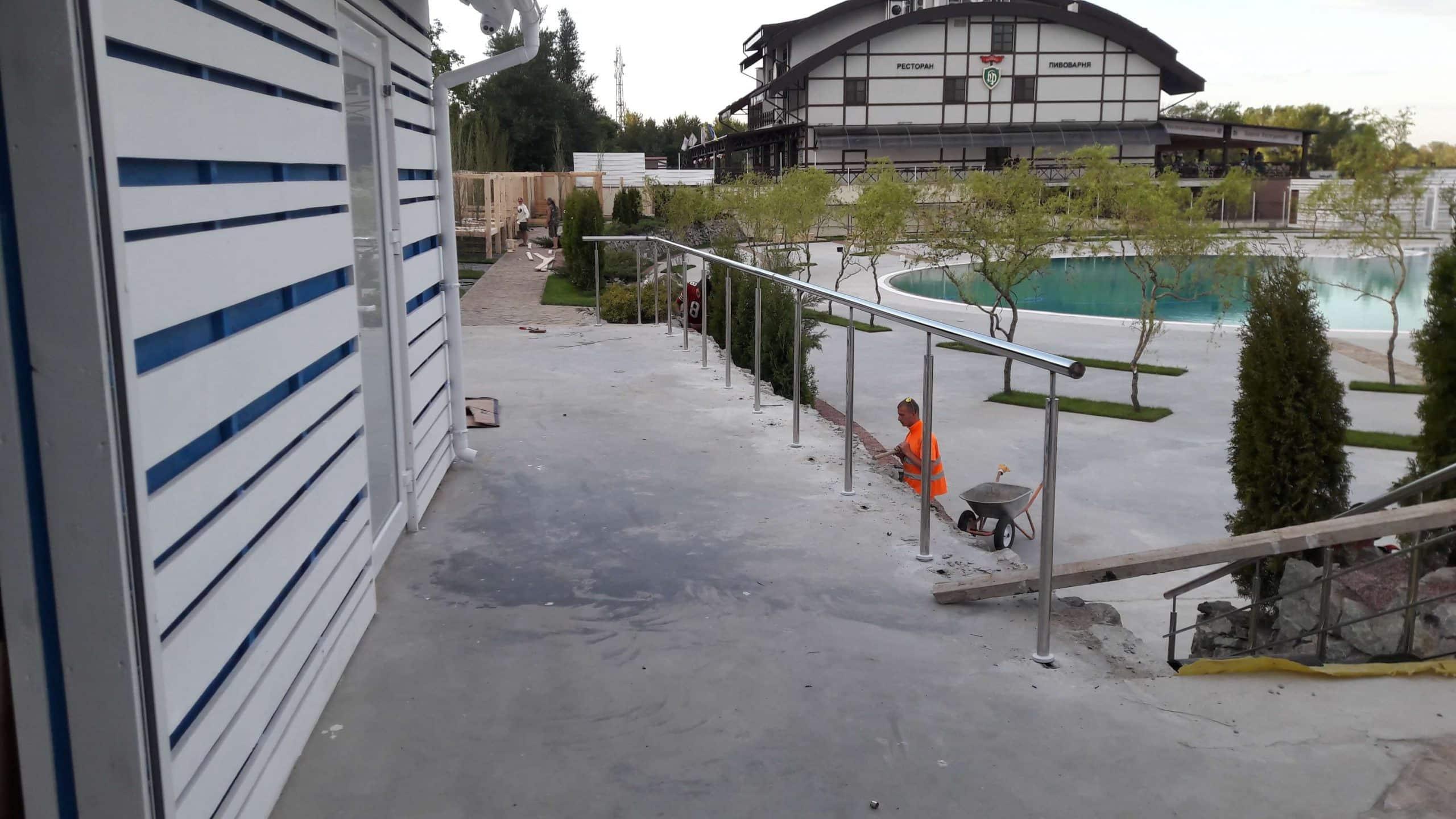 Монтаж ограждения из нержавеющей стали террасы в Аквапарке, Днепр