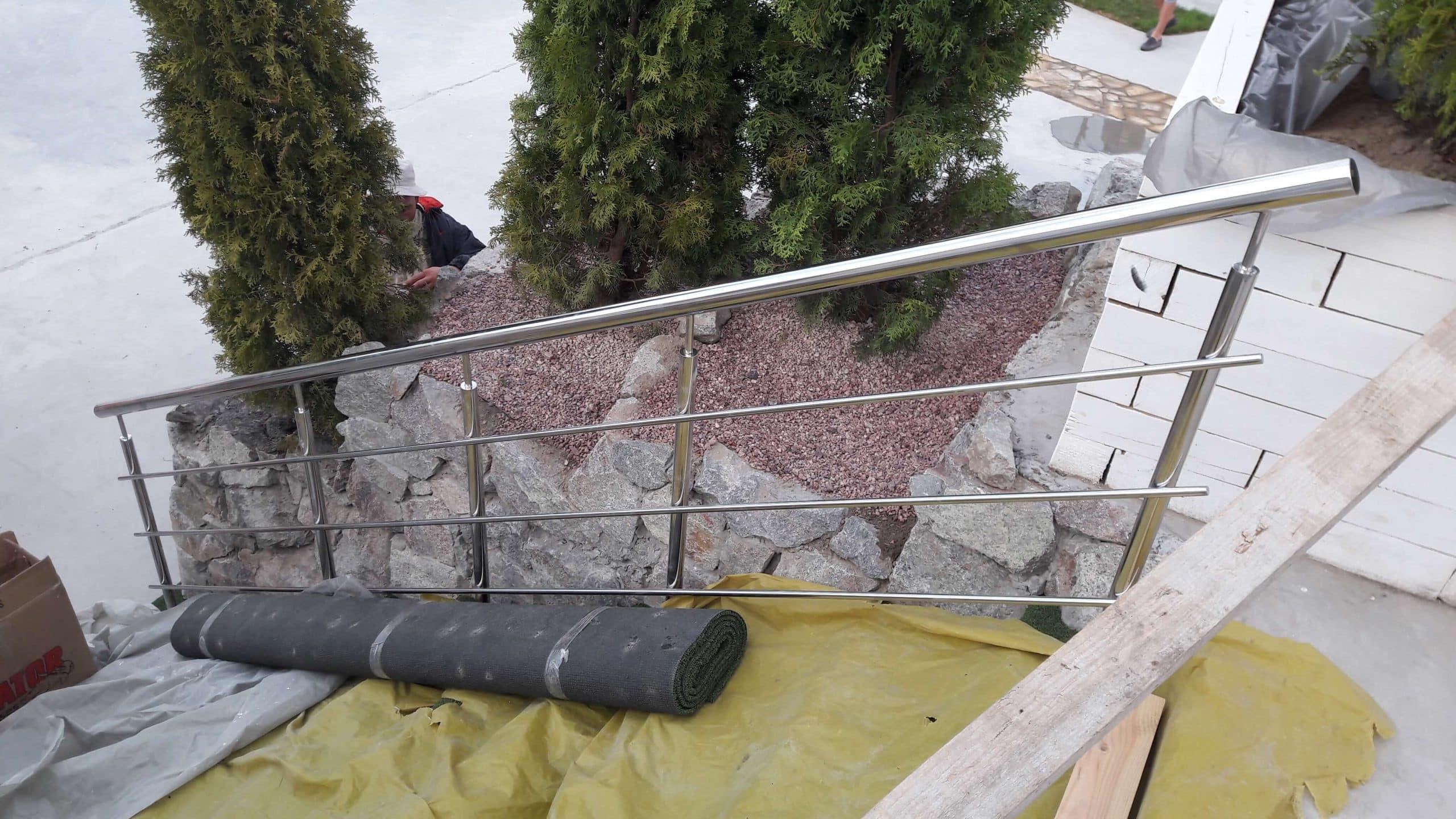 Монтаж перил из нержавейки с тремя ригелями по лестнице в Аквапарке, Днепр