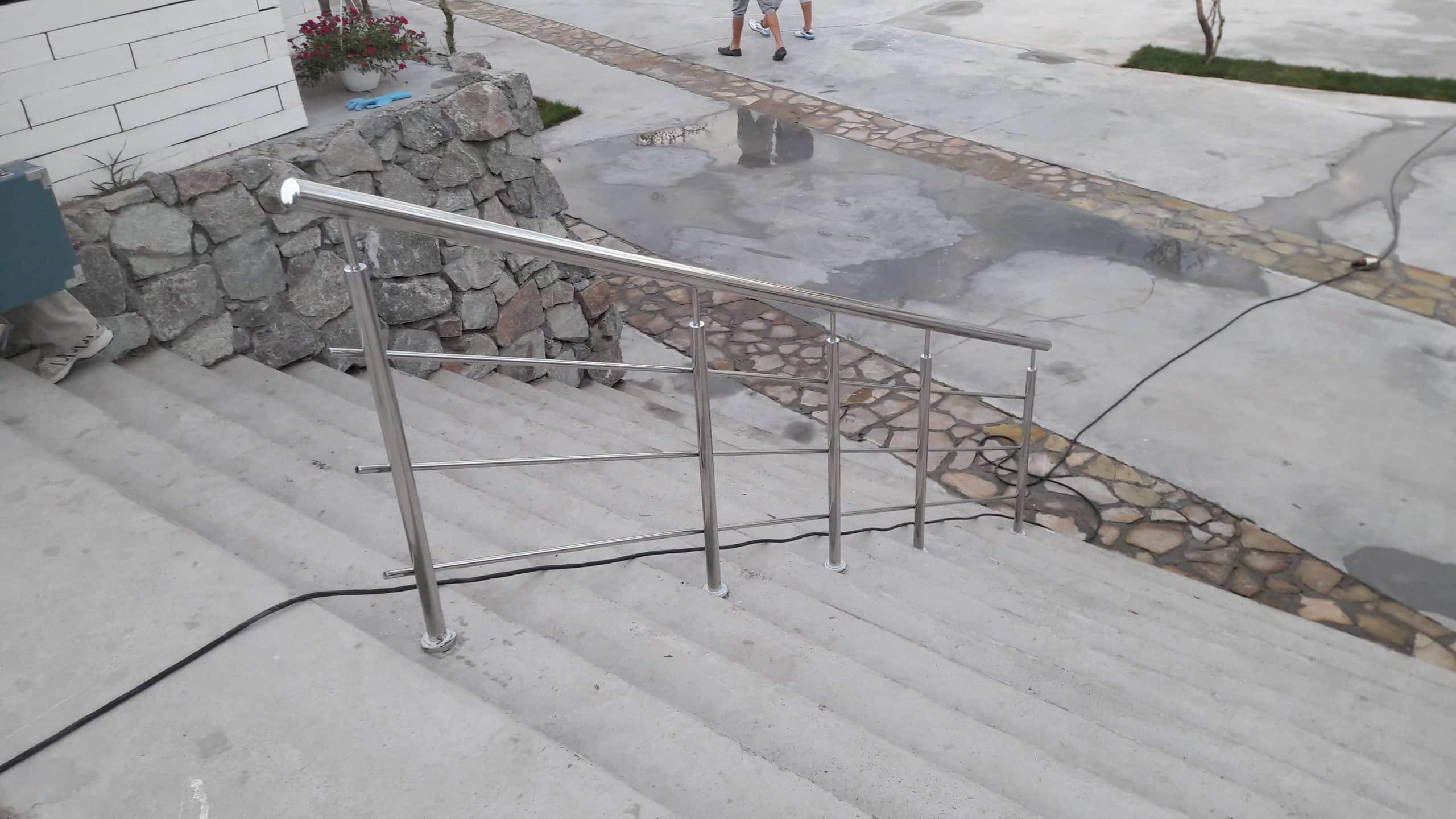 Монтаж перил из нержавеющей стали в Аквапарке, Днепр