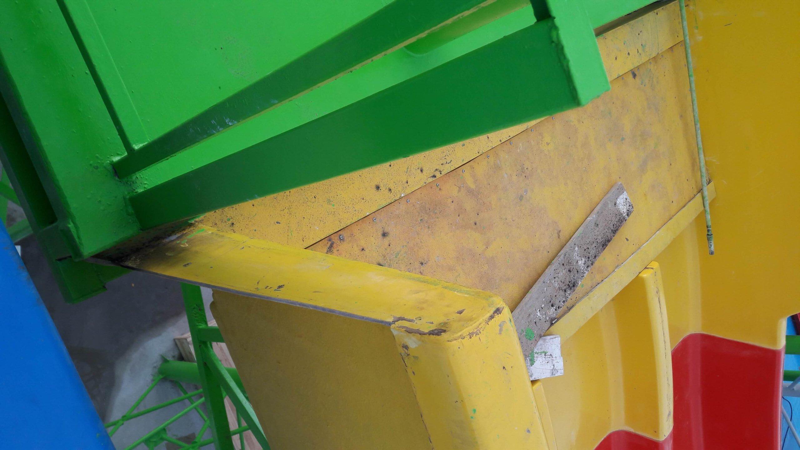 Место связки двух металлоконструкций нержавеющей трубой