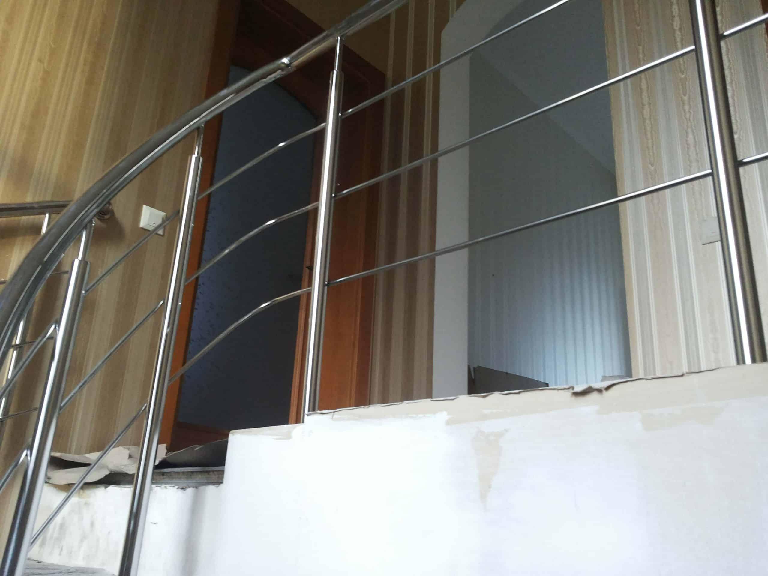 Винтовые перила, переход ограждения из нержавейки с лестницы на площадку